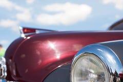 Retro- Autonahaufnahme des Scheinwerfers auf einem Hintergrund des bewölkten Himmels Lizenzfreies Stockbild