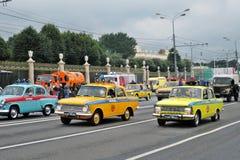 Retro- Autos an erster Moskau-Parade des Stadt-Transportes Lizenzfreie Stockfotografie