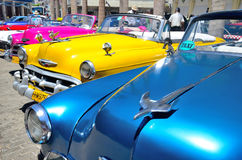 Retro- Autos in Havana Stockbilder