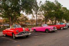 Retro- Autos parkten und warteten auf Touristen, um die Stadt zu erforschen Altes Havana, Kuba lizenzfreies stockfoto