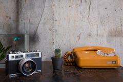 Retro av telefonen och kamera arkivfoto