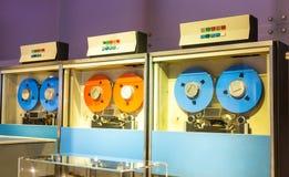 Retro azionamenti della calcolatrice sul nastro magnetico Fotografia Stock