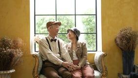 Retro Azjatyckiej starszej osoby pary klasyka stylu szczęśliwy dom obrazy royalty free