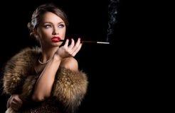 Retro. Bärande päls för härlig attraktiv kvinna Fotografering för Bildbyråer