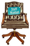 Retro- Bürostuhl mit Personal wünschte das Zeichen, das auf Weiß lokalisiert wurde Stockfotos