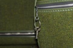Retro bagagli verdi con le chiavi Fotografie Stock Libere da Diritti