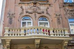 Retro- Balkon der alten Weinlese mit Spalten und Verzierungen auf einem Altbau mit Fenstern auf einer der Straßen von Lemberg, Uk Lizenzfreie Stockfotografie