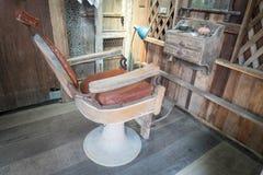 Retro barbiere d'annata di legno Seating fotografia stock libera da diritti