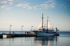 Retro barca di legno in un mare fotografia stock