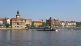 Retro-barco del placer en el río de Moldava Praga, Rep?blica Checa almacen de video