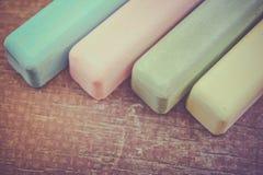 Retro barwioni kredowi kije na starej drewno desce jako kopia interliniują tło zdjęcie royalty free