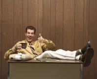 Retro bedrijfsscène van de mens bij bureau. Royalty-vrije Stock Foto