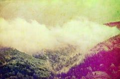 Retro beeld van bewolkte heuvels Stock Fotografie
