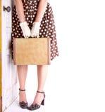Retro beeld van de bagage van de vrouwenholding Stock Foto
