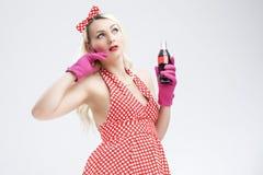 Retro begrepp för utvikningsbrud Drömma den blonda kvinnan för sexig utvikningsbrud med flaskan Royaltyfri Foto