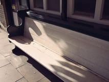 Retro benche di legno bianco ad una stazione ferroviaria fotografia stock libera da diritti