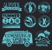 Retro beståndsdelar för sommar som surfar designer Arkivfoto