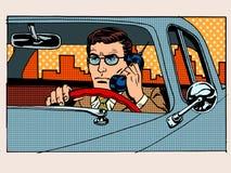 Retro bestuurder die op celtelefoon spreken Stock Fotografie