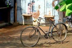 Retro bici con la VIA ART Painting sullo sveglio della parete due acceso Immagine Stock Libera da Diritti