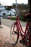 Retro bici rossa in città Immagini Stock Libere da Diritti