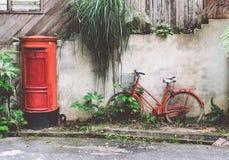 Retro bicicletta e cassetta delle lettere rosse Immagini Stock