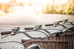 Retro biciclette parcheggiate sulla strada Fotografia Stock Libera da Diritti