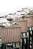 Retro biciclette parcheggiate sulla strada Fotografie Stock Libere da Diritti