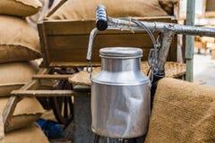 Retro bicykl i aluminiowy zbiornik mleko na rowerze Fotografia Royalty Free