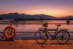 Retro bicykl, ogrodzenie i gradientu zmierzch, zdjęcia stock