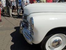 Retro bil av 50-tal på stadsgatan Royaltyfria Foton