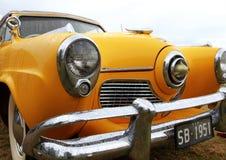 Retro bil. Coolyen vaggar på festival Arkivbild