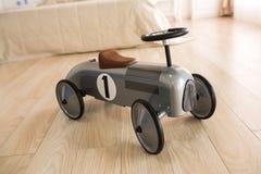 Retro bil för barn på ett trägolv arkivbild