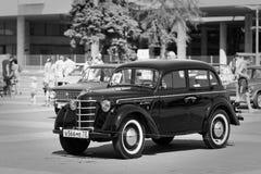 Retro bil för tappning på Arkivbild