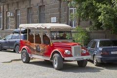 Retro bil för utfärd på basen av GAZ-69 nära huset av Semyon Ezrovich Duvan i Evpatoria Arkivbilder