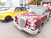 Retro bil i Chiang Mai, Thailand Royaltyfria Foton