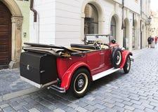 Retro bil i mitten av Prague Royaltyfri Bild