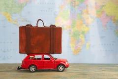 Retro bil med resväskor på översikt Resa resväskan med seascapeinsida arkivfoto