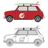 Retro bil med surfingbrädan på taket Arkivfoto