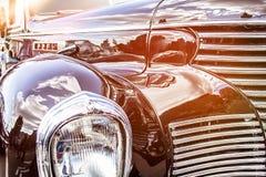 retro bil Närbild av billyktor av tappningbilen utställning Vint royaltyfria bilder