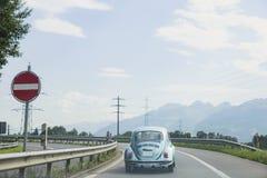 Retro bil på det slingrande Arkivfoton