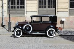 Retro bil på gatorna av den gamla staden royaltyfri fotografi