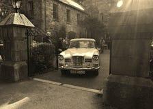 Retro bil som lämnar slotten i den Glenveagh nationalparken royaltyfri fotografi