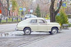 Retro bil som produceras i 1955 sovjet royaltyfri foto
