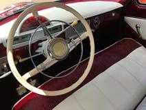 Retro bil, tappningstyrninghjul och hastighetsmätare Arkivfoton