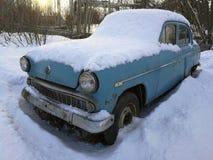 Retro bil under snön royaltyfri fotografi