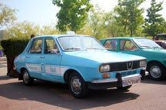 Retro bilar - gammal Dacia taxi arkivfoto