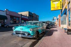 Retro bilar i den Williams staden i Arizona USA En av staden på den berömda Route 66 i USA Arkivfoton