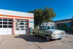 Retro bilar på den Williams staden i Arizona USA En av staden på den berömda Route 66 i USA Royaltyfri Foto