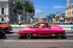 Retro bilar på gatorna av havannacigarren görar till tiggare den huvudmannen för la för den cuba habanahavana ön många gammala då Royaltyfri Foto