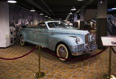 retro bilar på skärm i rummet Fotografering för Bildbyråer